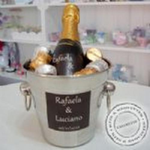 BALDE DE GELO COM CHAMPANHE E ROLHAS DE CHOCOLATE